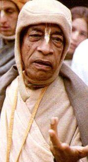 Шрила Прабхупада выполняет все функции дикша-гуру